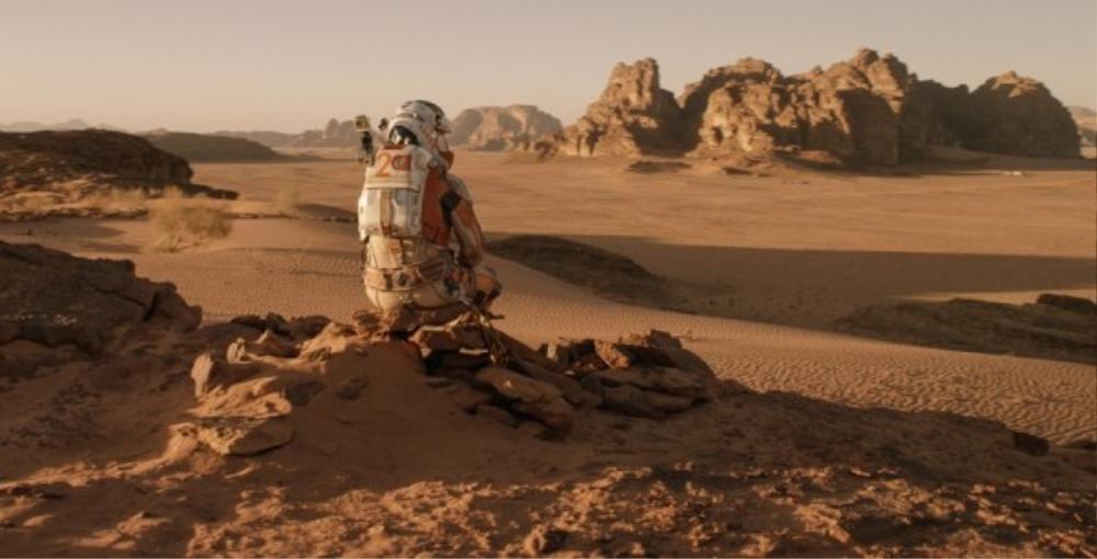 """Matt Damon tròn vai trong một anh chàng kĩ sư thông minh, hài hước và mạnh mẽ một mình sống sót trên sao Hoả trong """"The Martian""""."""