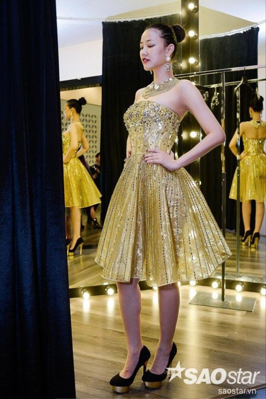Những chiếc váy dù lộng lẫy hay hiện đại đều được Chung Thanh Phong đính hạt cườm tỉ mỉ giúp người mặc trở nên kiêu sa hơn.