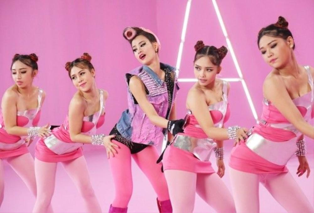 """Thời trang có phần """"quái"""" của Đông Nhi trong MV Pink Girl."""