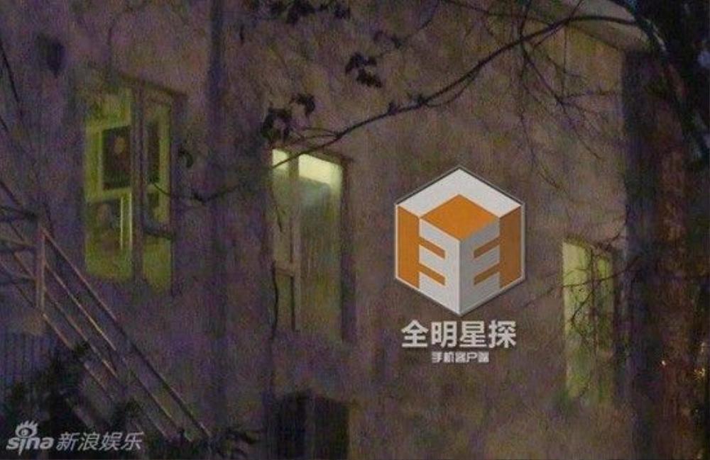 Ngụy Châu ở lại đây đến đêm.