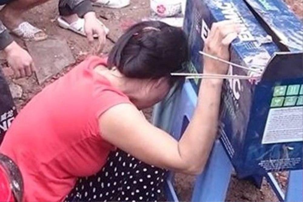 bà Đoàn Thị Nhuận - vợ ông Cường, đang rửa bát ở trong nhà nên may mắn thoát nạn.