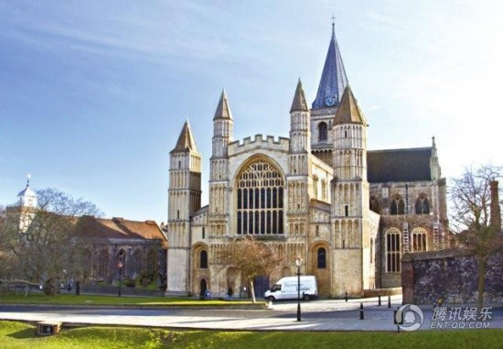 Bên ngoài lâu đài cổ kính ở nước Anh - nơi cặp đôi tổ chức cưới.