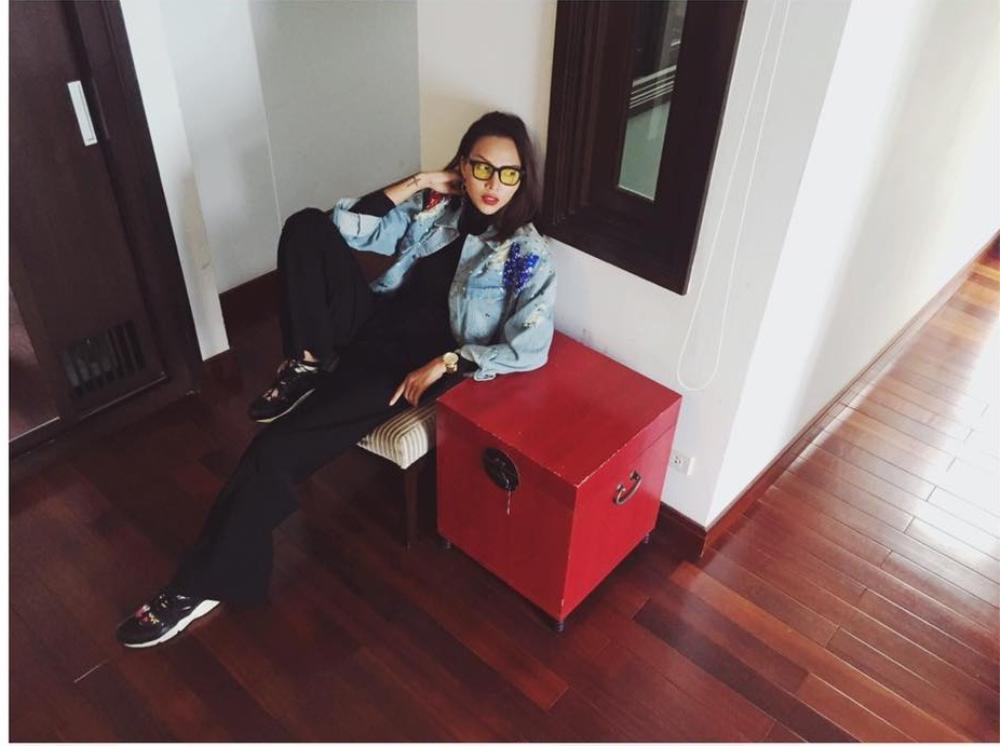 Cũng là áo khoác denim, nhưng khác với Suni Hạ Linh, Minh Triệu diện cây đen cùng áo khoác ngắn bên ngoài làm điểm nhấn cho toàn bộ set đồ.