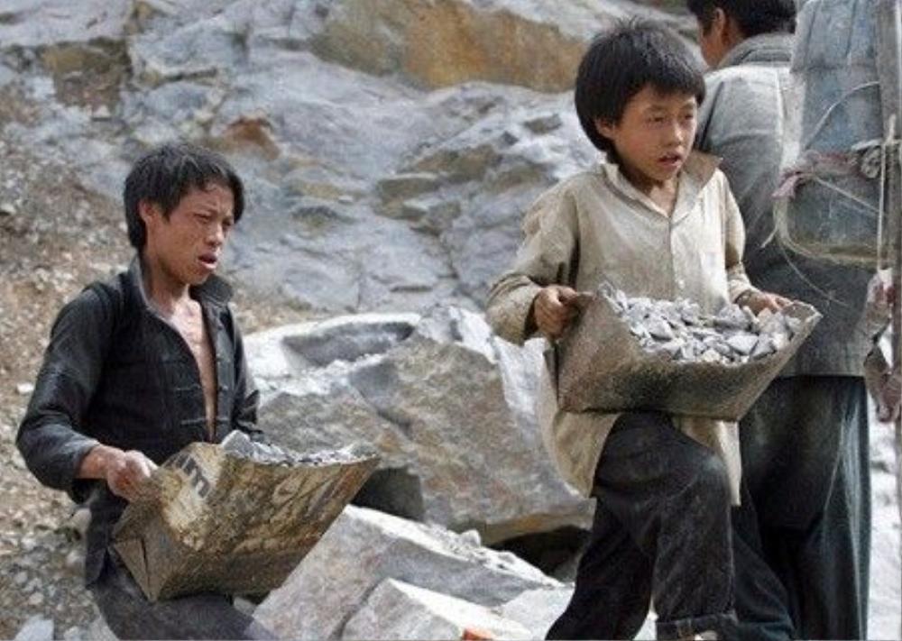 Hình ảnh một bé trai đang lao động vất vả tại mỏ đá