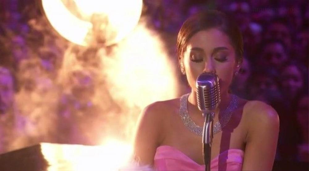Cô tỏa sáng đầy quyền lực bên ánh đèn sân khấu và làn khói trắng.
