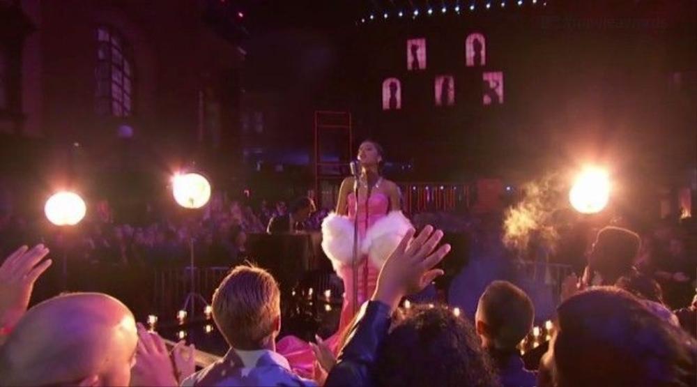 Khán giả vẫy tay suốt phần trình diễn 'Dangerous Woman'.