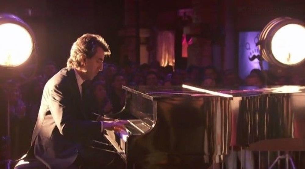 Nhạc công piano Brown đã đệm một bản nhạc jazz rất hay của single.
