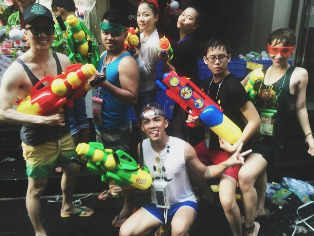Nữ dancer Huỳnh Mến và cựu thành viên The Bell Takej Minh Huy cũng đã kịp có mặt tại Bangkok để nhập cuộc.