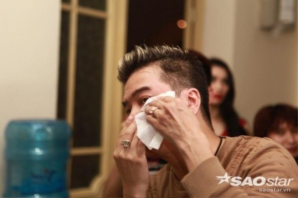 do quá sung trên sân khấu nên anh đã vô tình bị một vũ công đập trúng vào mắt đến mức chảy máu