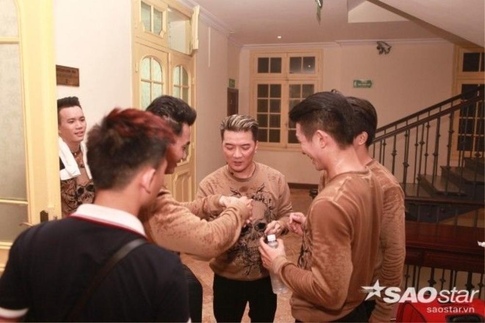 Biểu diễn trong đêm nhạc còn có ca sĩ Đàm Vĩnh Hưng. Trong hậu trường, anh vui vẻ trò chuyện cùng các thành viên nhóm nhảy Bước nhảy.