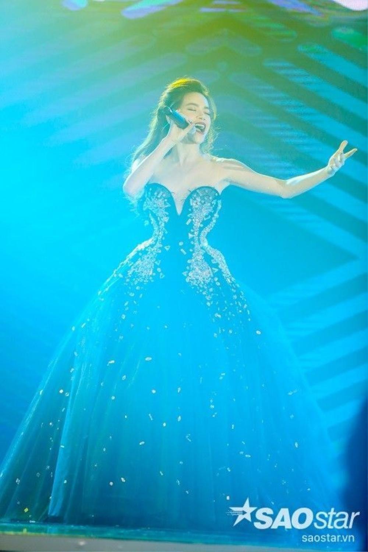Cùng xem những hình ảnh đẹp trong đêm nhạc Love Songs của Hồ Ngọc Hà.