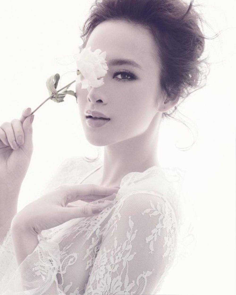 Angela Phương Trinh dịu dàng trong photoshoot mới của Đỗ Mạnh Cường với tóc búi cao bồng bềnh phần mái.