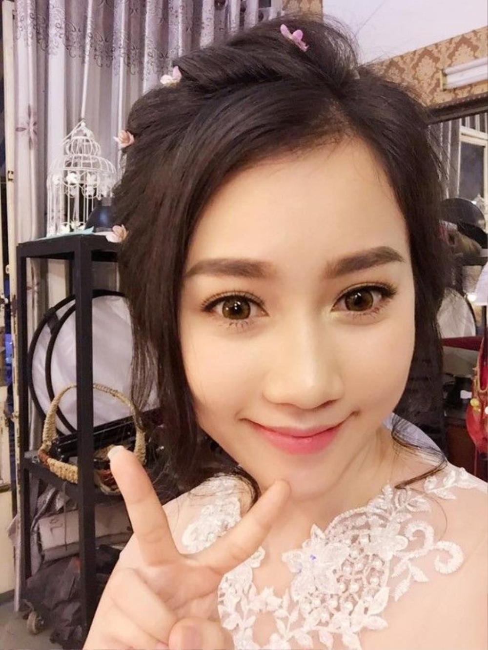 Lona Huỳnh Hồng Loan với xu hướng tóc búi đầy lãng mạn với kiểu tóc cài hoa trên đầu.
