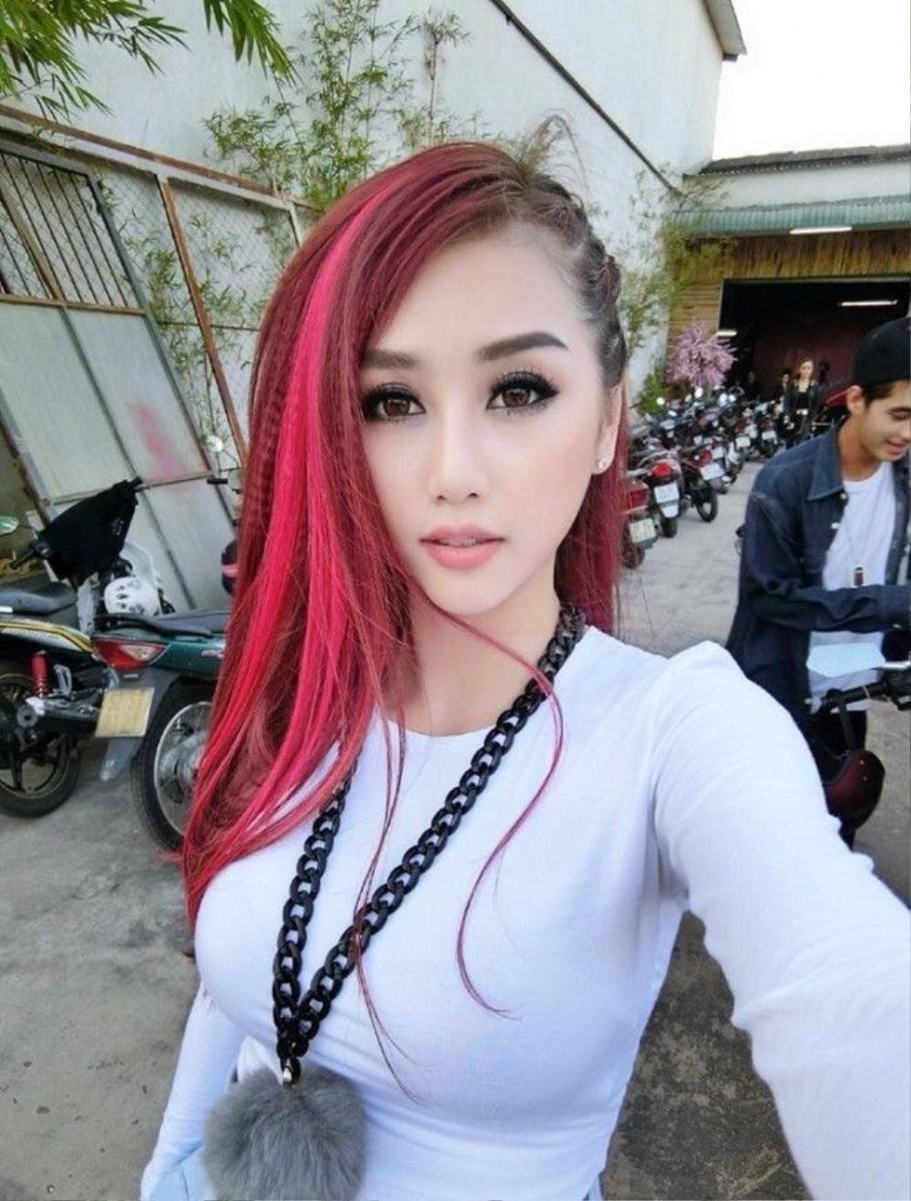 DJ Yuu thu hút với tóc light hồng tết nửa đầu.