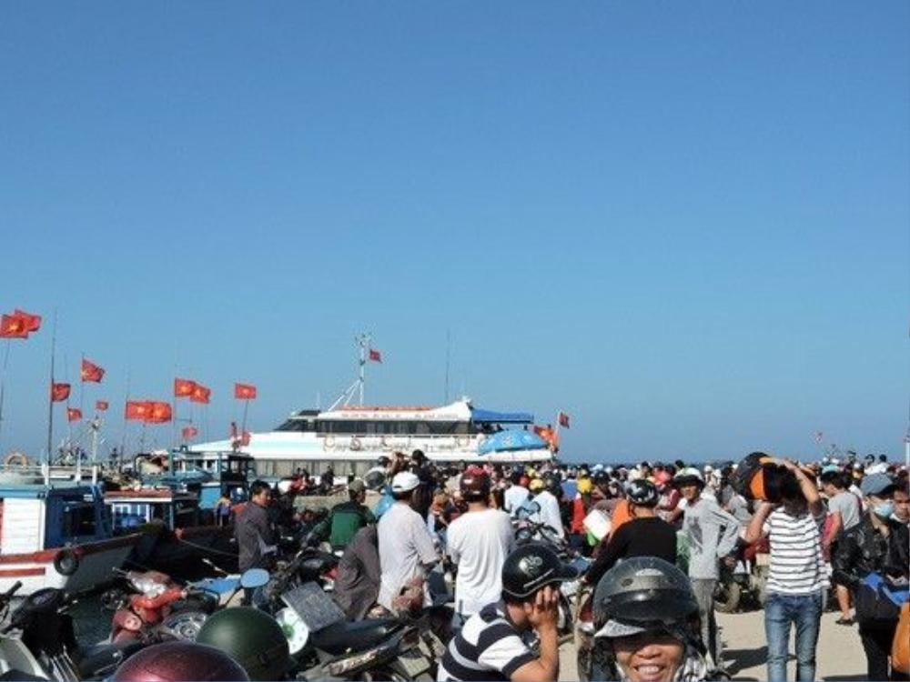 Cảnh hành khách chen lấn mua vé và xuống tàu vào đất liền trong những ngày qua.