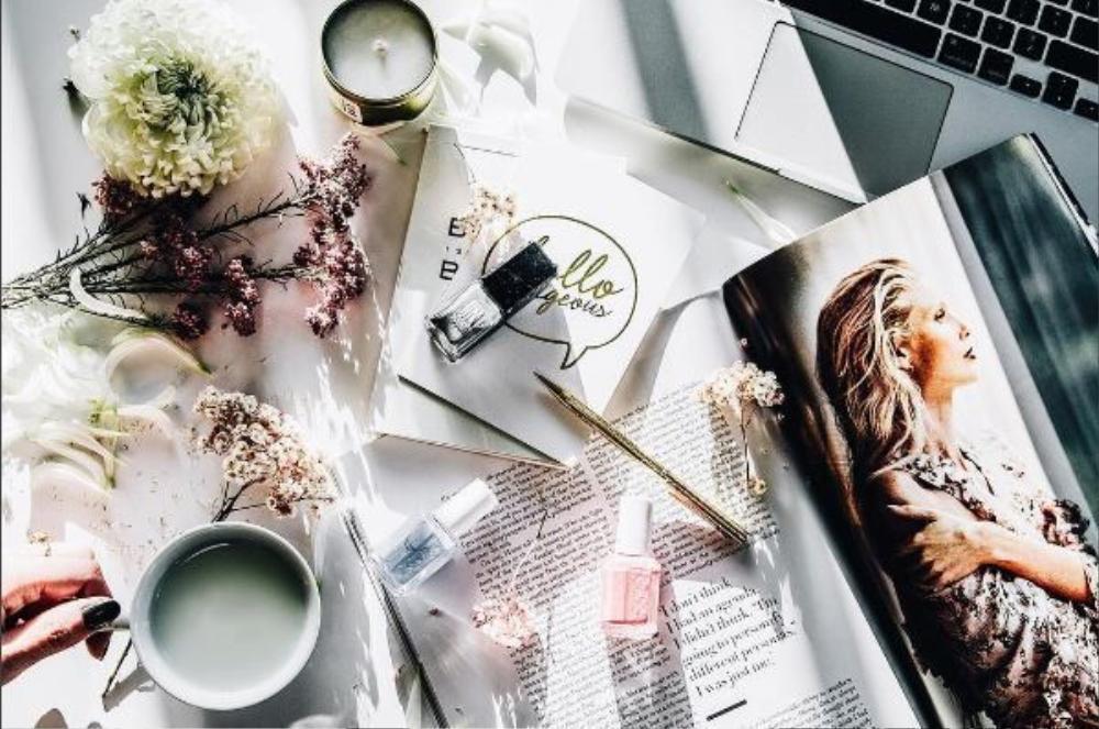 Thêm một tách coffee hay trà bên bó hoa tươi thắm nữa, tấm ảnh của bạn đã đủ hoàn hảo rồi.