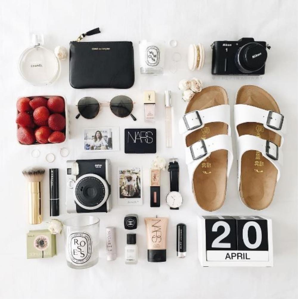 Tất cả các phụ kiện bạn có được, cứ bày chúng ra cùng mỹ phẩm sao cho hợp bố cục và chụp thôi.