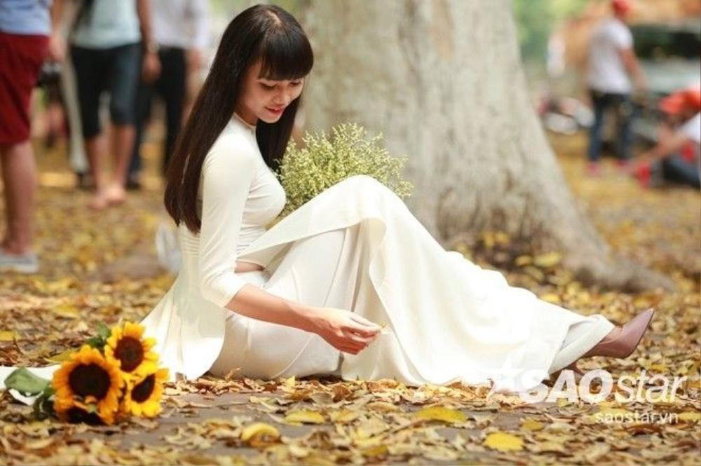 Thật đẹp khi tà áo dài trải lên thảm lá vàng.