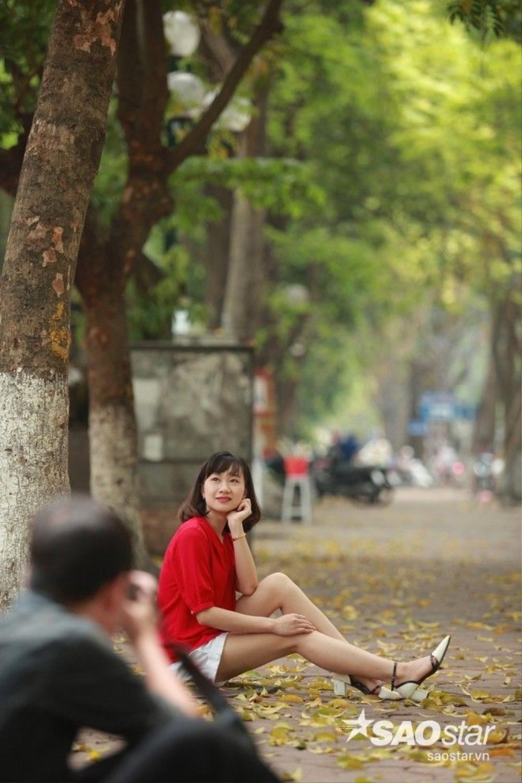 Con phố quen thuộc Phan Đình phùng vào mùa thay lá là điểm các bạn trẻ ghi lại khoảng khác đẹp của thiên nhiên.