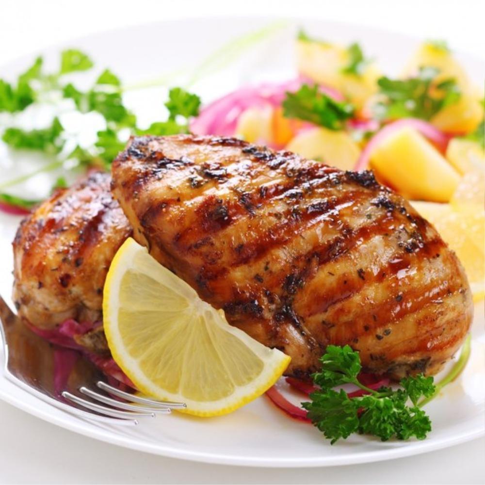 Ức gà là loại thịt chứa nhiều protein và ít calo. Một bữa ăn của cô út nhà KARA bao gồm từ 1 đến 2 phần ức gà cùng các loại hoa quả khác.
