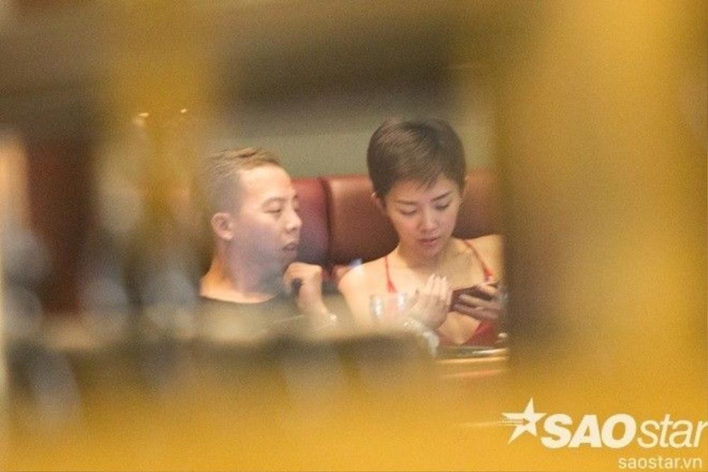 """Hoàng Touliver di chuyển sang ngồi cạnh nữ ca sĩ """"Vũ điệu cồng chiêng""""."""