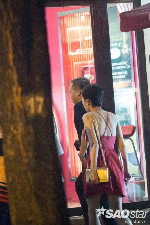 Cặp đôi cùng nhau bước vào một quán ăn.