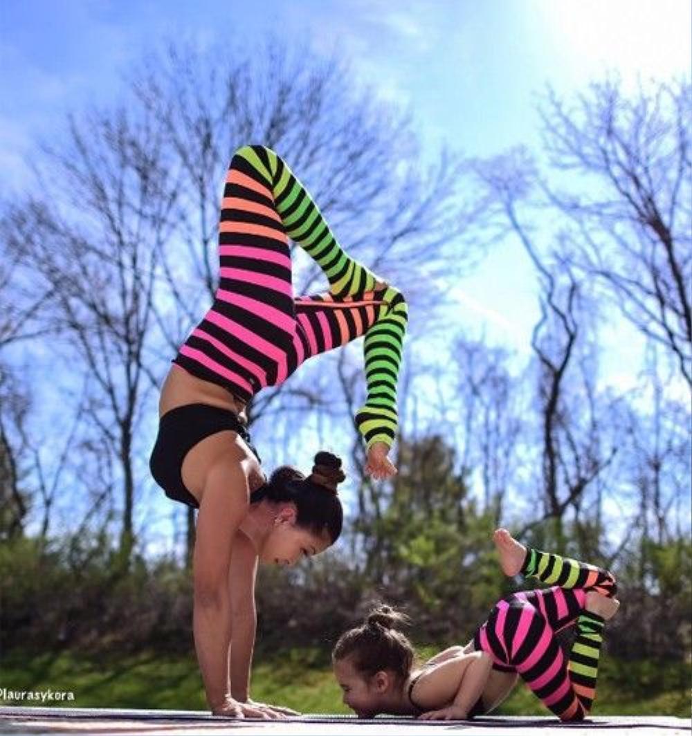 Laura Kasperzak gắn bó với bộ môn yoga gần 18 năm. Cô chia sẻ, mục tiêu ban đầu của cô khi tập yoga là để trị các chứng bệnh văn phòng như đau mỏi lưng và cổ, vai, gáy.