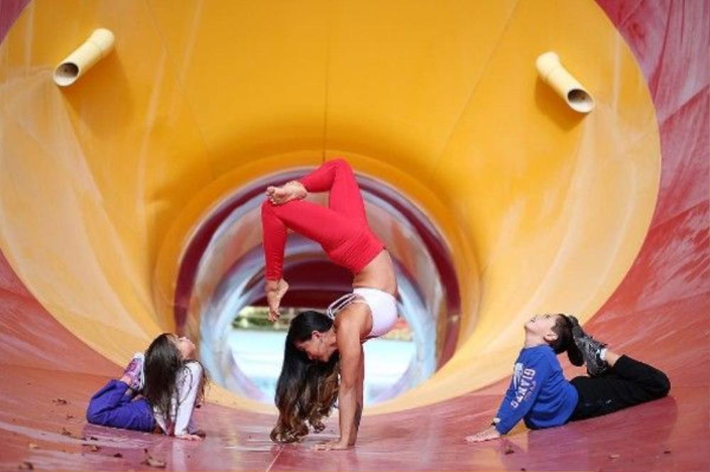Laura Kasperzak đã truyền cảm hứng với bộ môn yoga cho cả chồng và 2 con.