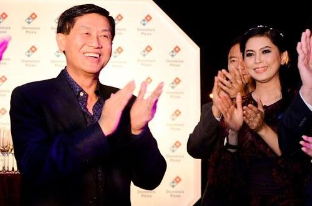 Hai vợ chồng ông Johnathan Hạnh Nguyễn và bà Thủy Tiên.