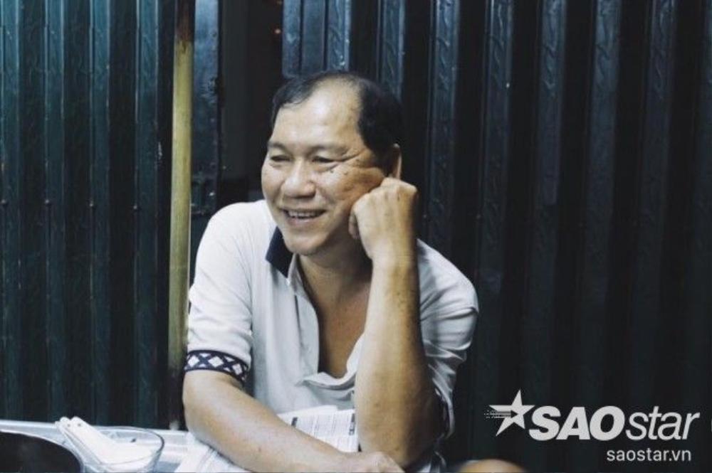 Chú Sơn năm nay đã ngoài 50 tuổi là người anh hằng ngày đẩy xe chè ra gốc đường Nguyễn Thái Bình lúc 7h tối.