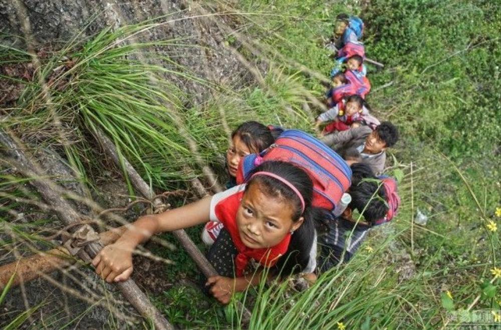 Mỗi ngày trẻ em phải leo qua 17 thang dây hoặc thang gỗ nguy hiểm này để tới trường