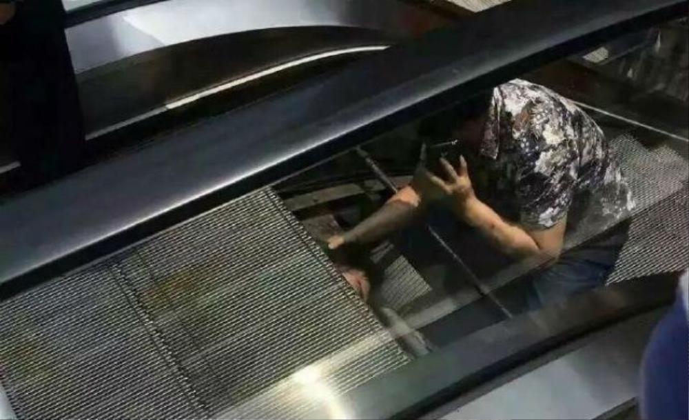 Một người đã cứu giúp anh bị kẹt khỏi thang