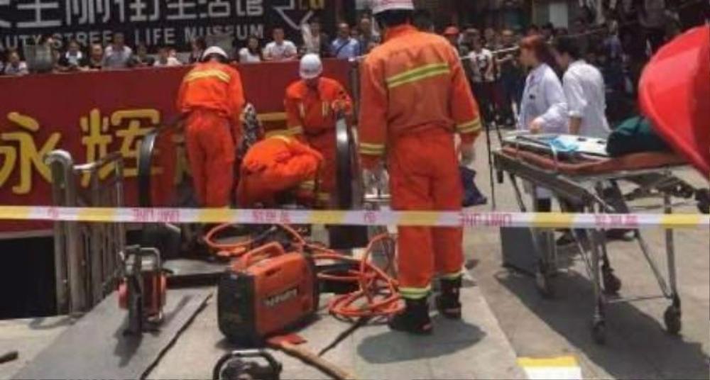 Nhân viên cứu hộ tới cứu giúp
