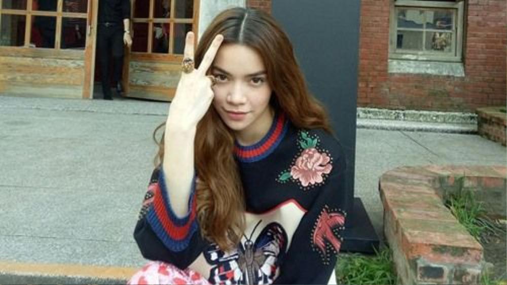 Tóc xoăn bổ luống là lựa chọn hàng đầu và giúp mang lại sự sang trọng, thanh lịch cho Hồ Ngọc Hà, mọi cô gái đều có thể để tóc này.