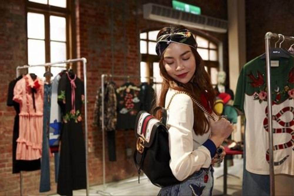 Hay sử dụng những phụ kiện cho tóc như băng đô, khăn turban mang lại một diện mạo trẻ trung và thời thượng, tránh sự nhàm chán cho mái tóc xoăn quen thuộc.