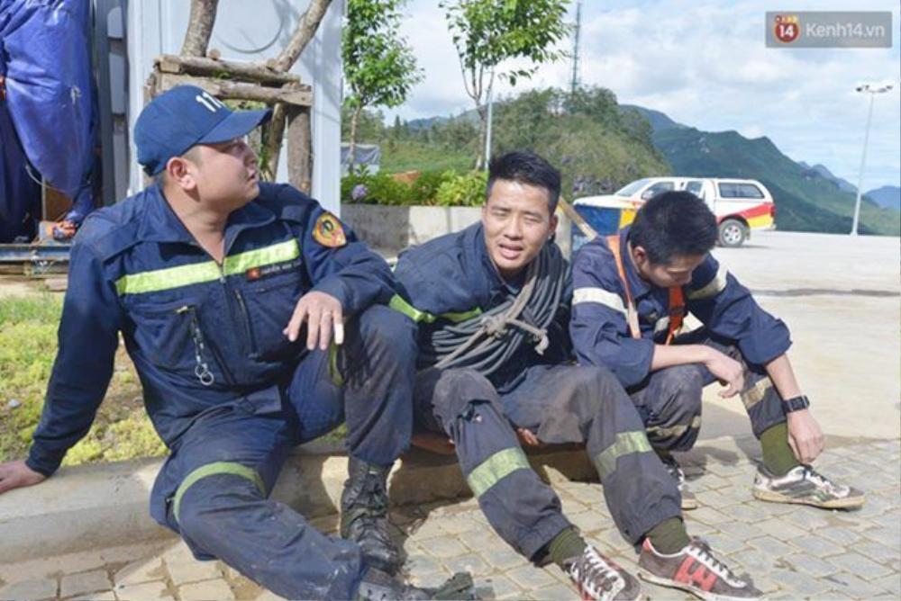 Lực lượng cứu hộ cứu nạn mệt mỏi sau mấy ngày trong rừng.