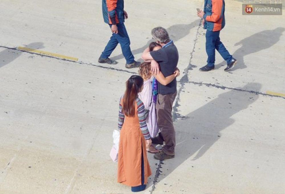 Khi biết tin thi thể của Webb được lực lượng cứu hộ đưa lên khỏi khu vực bị nạn, người thân của anh rất xúc động. Trong ảnh là bố của Webb đang an ủi bạn gái của cậu con trai xấu số.