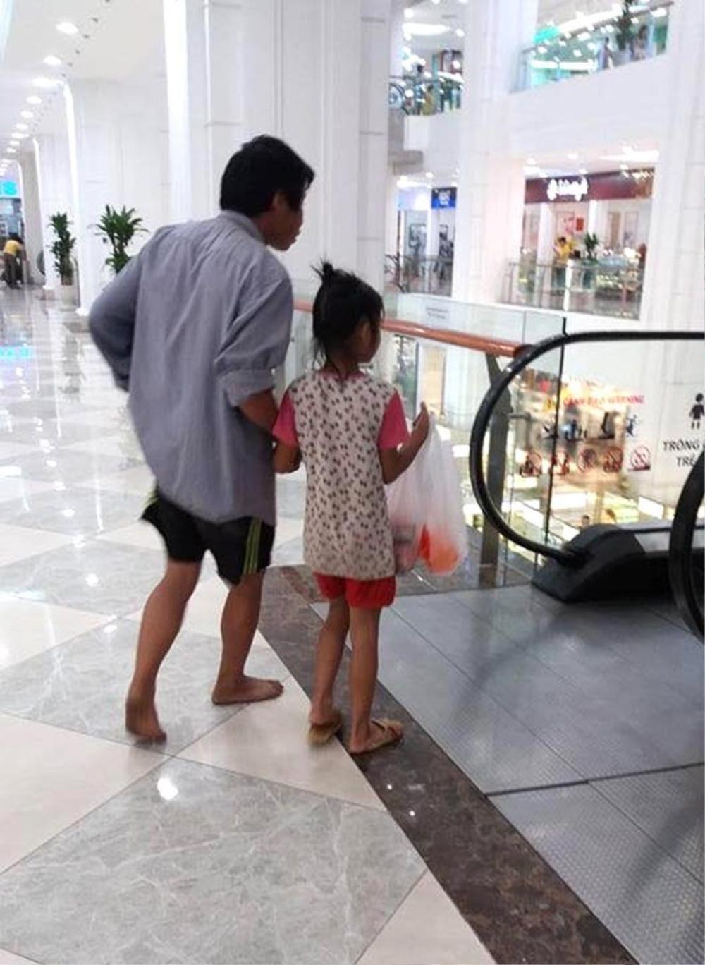 Người cha đi chân đất cùng con gái đi mua mì tôm - (Ảnh: Facebook)