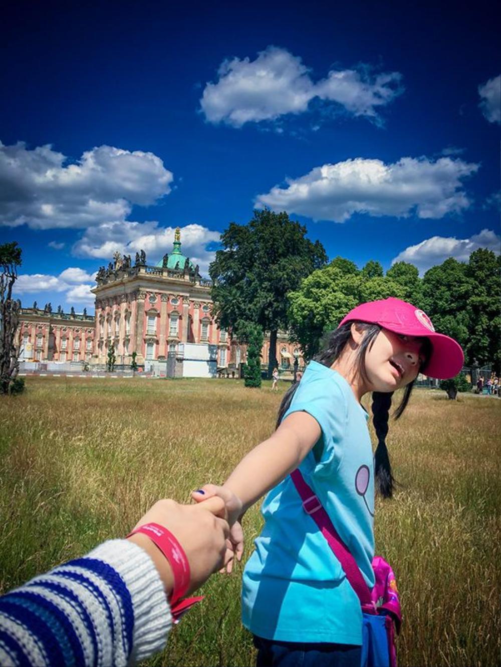 """Dù đi bất cứ nơi nâu, người mẫu Thúy Hằng và con gái cùng chụp ảnh theo chủ đề """"Cầm tay con du lịch khắp thế gian""""."""