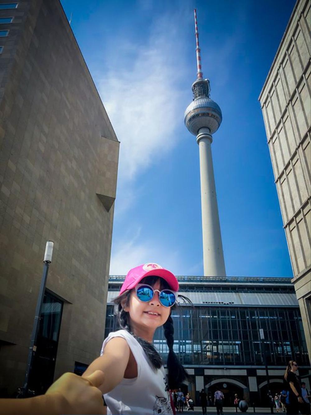 Hai mẹ còn cùng tới Cột truyền hình Berlin.