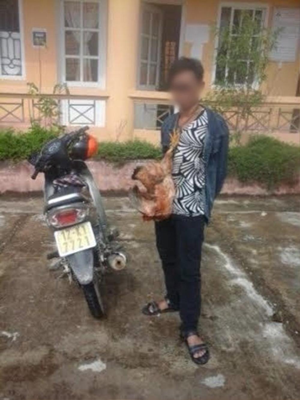Lý Nguyễn C. bị người dân bắt, treo gà vào cổ. (Ảnh: Nguyễn Duy Chiến/Tiền Phong)