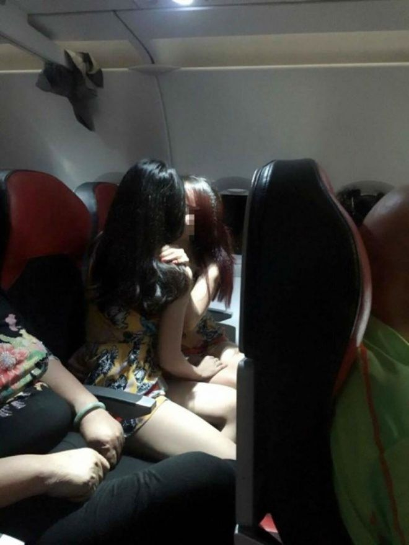 Hình ảnh hai cô gái có hành động yêu thái quá trên máy bay khiến nhiều người tranh cãi (Ảnh: Duy Giang cung cấp).