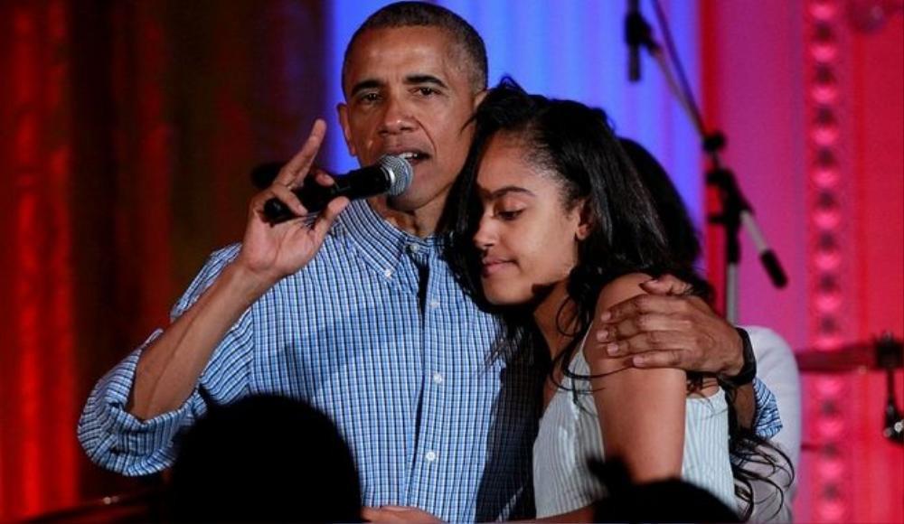 Con gái của Tổng thống Obama xúc động trong vòng tay ấm áp của cha