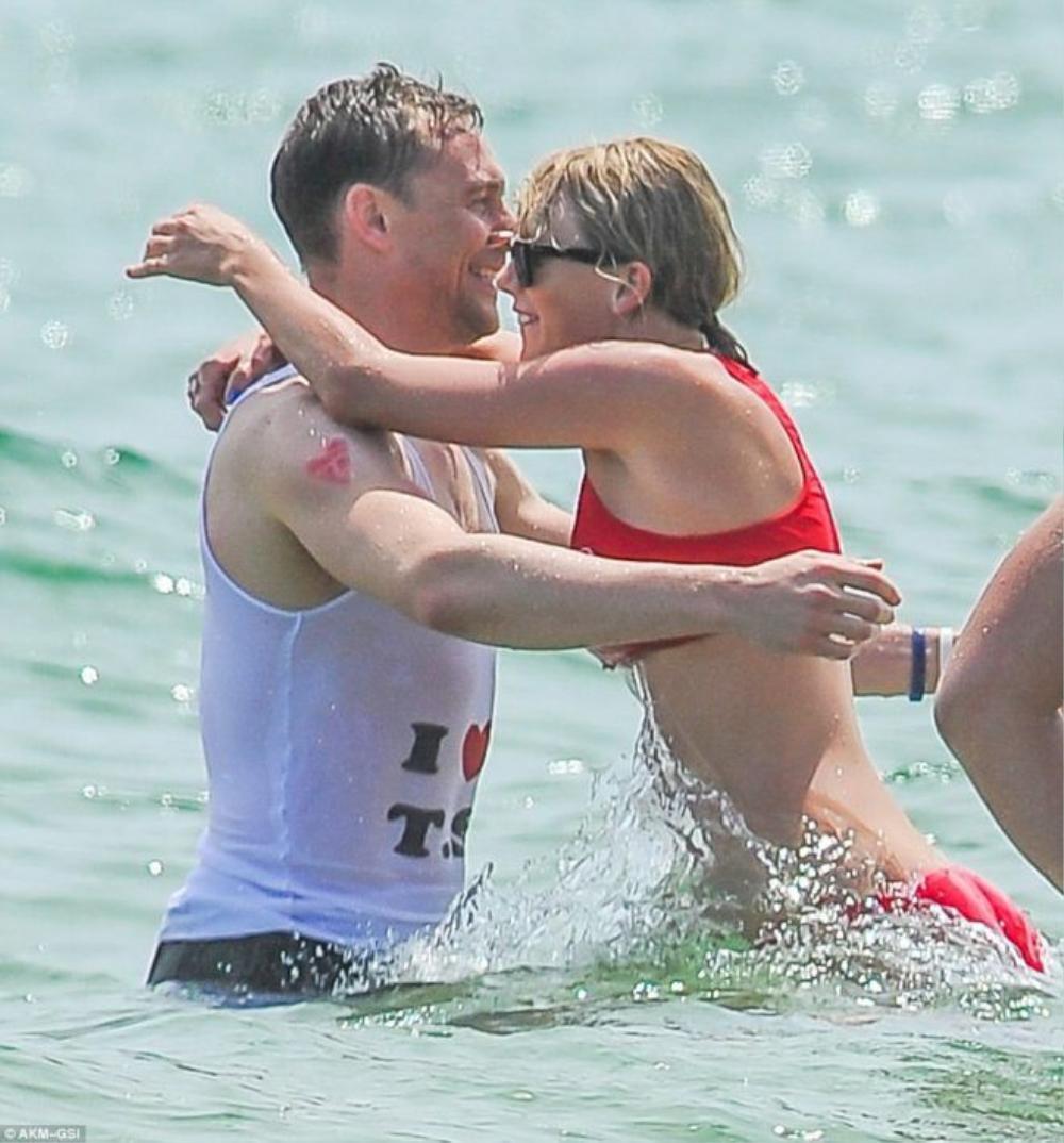 Tom Hiddleston bận áo ' I love T.S' và hình xăm giả mang chữ ' T'
