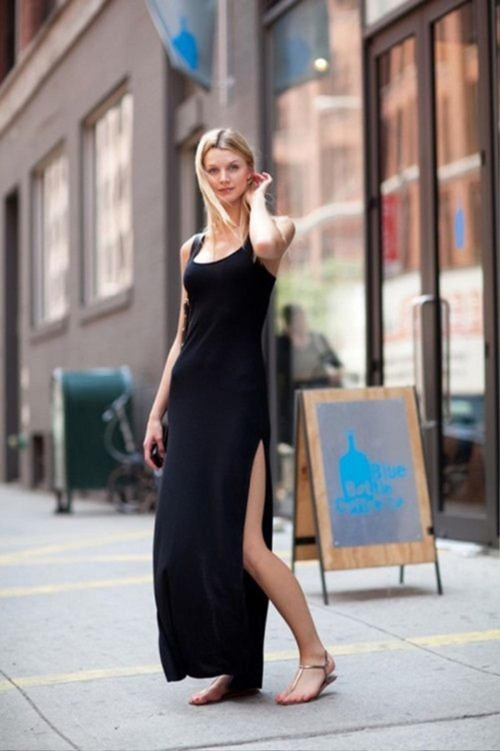 Những chiếc váy liền sát nách hay hai dây với phần xẻ cao tới gần hết đùi cũng giúp bạn tăng thêm độ gợi cảm và kéo dài hết cỡ đôi chân của mình.