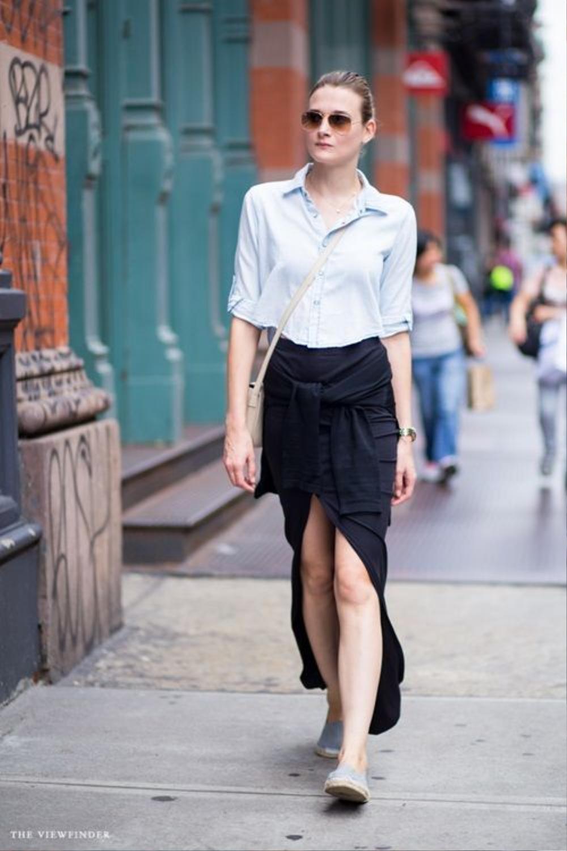 """Khi muốn thoải mái hơn, giày bệt cũng là lựa chọn vô cùng thông minh. Chị em không cần """"gồng mình"""" trên đôi giày cao nữa bởi kiểu váy này vốn đã làm cho đôi chân trở nên thon dài hơn hẳn rồi."""