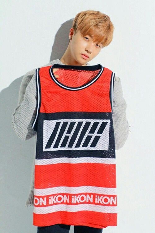 Chàng Jinhwan (iKon) siêu đáng yêu với tóc tỉa layer mái ngố màu hồng cam phải không nào?