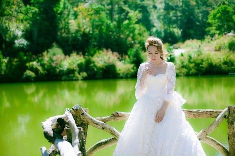 Nữ ca sĩ xinh đẹp như công chúa.