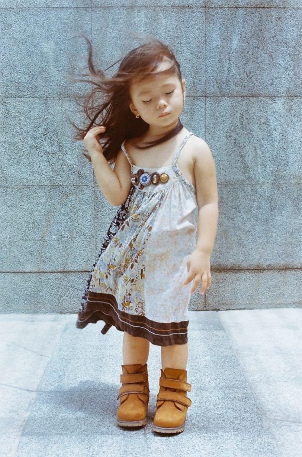Bé Sol với chiếc váy maxi phong cách digan cùng đôi boot màu nâu gợi hình ảnh của ca sĩ Đoan Trang.