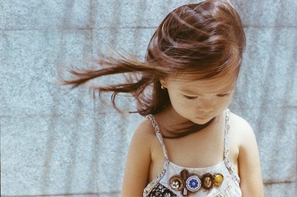"""Trong khi đó trên Facebook của đạo diễn Cao Trung Hiếu - em trai Đoan Trang cũng chia sẻ cảm xúc về cô cháu gái: """"24 tiếng sống chậm cùng chiếc máy ảnh chụp phim Nikon F2 vừa tự sắm làm quà sinh nhật tuổi hết mộng mơ... Giữ 36 khoảnh khắc đổ hết 36 lít mồ hôi vì chờ đợi, hân hoan lẫn hoang mang và lo lắng! Thẩn thờ nhìn """"tác phẩm"""". Sol của cậu ngọt lịm như cơn gió mát lành giữa mùa hè... Từ bây giờ, cậu cần biết quý hơn những khoảnh khắc quanh mình từ chiếc máy ảnh cũ và những cuộn phim quá đát!""""."""